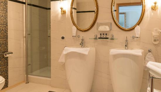 Badezimmer - Bild von Hotel Ludwig Royal, Oberstaufen - TripAdvisor