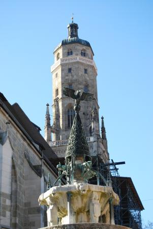 """Kirchturm Daniel: Der """"Daniel"""" im Vordergrund der Kriegerbrunnen"""