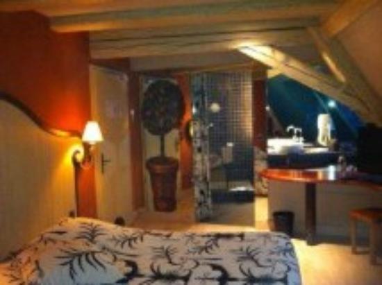 Hotel Restaurant Gilg: la chambre 21 vue sur la salle de bain