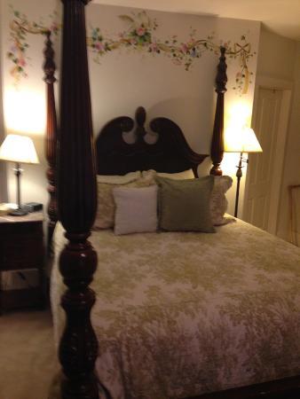 Bird House Inn and Gardens: The Turtle Dove Room