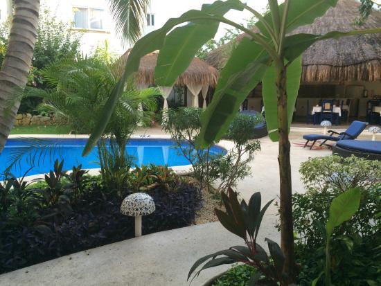 BRIC Hotel & Spa : Piscine et Restaurant dans le fond