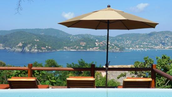 Solana Boutique B&B: Our infinity pool with view toward the bay