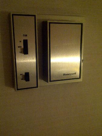 Hotel Al Khozama: aircon very basic