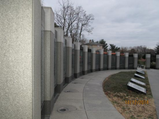 Maryland World War II Memorial: Circle wall of names