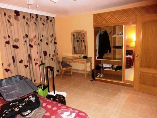 Esmeralda Maris: Schrank im Schlafzimmer