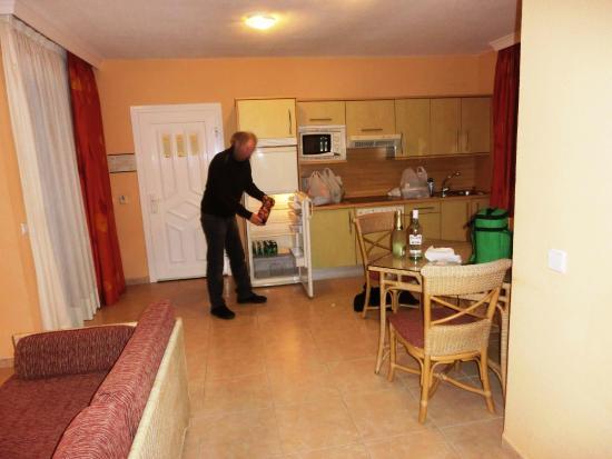 Küche und Teil des Wohnbereichs - Picture of Hotel Esmeralda Maris ...
