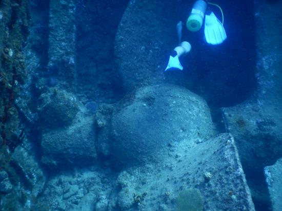 Sail Caribbean Divers : Propellor of RMS Rhone with diver for perspective