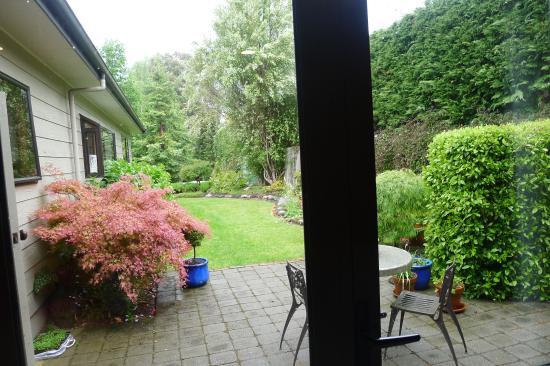 Twin Oaks Fiordland B&B: Vue de la chambre sur le jardin