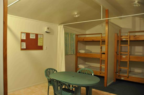 Tutukaka Holiday Park: 12-bed dorm (6 beds on the other side, not shown)