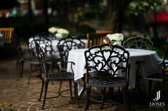 Mary's Restaurant At Falls Cottage: Garden seating
