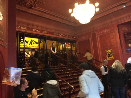 Entrance Foyer Traduccion : Foto de the lion king londres looking forward to