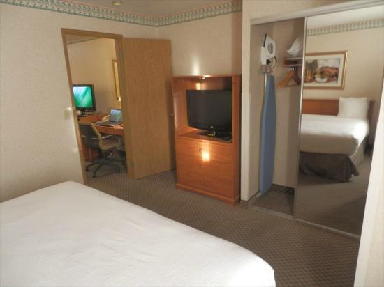 Ramada Kent Seattle Area: Bedroom TV