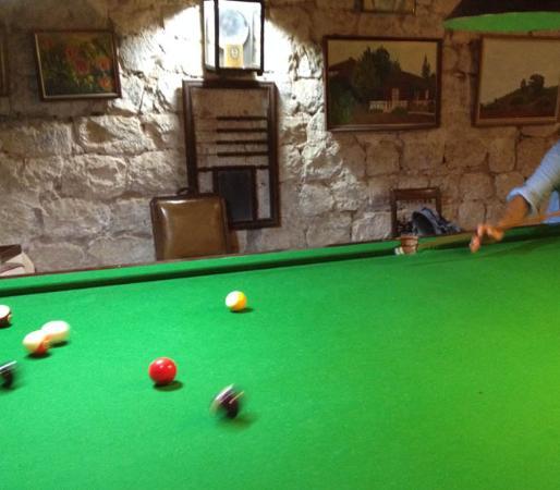 Hacienda Los Lingues: Pool table near barn