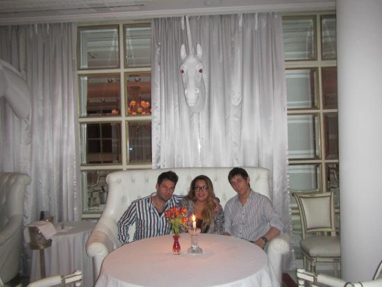 The Library Lounge Hotel Faena Buenos Aires: Faena Bistro y sus unicornios blancos