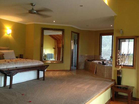 Cedars Mount View: Ridge Villa king bed and spa