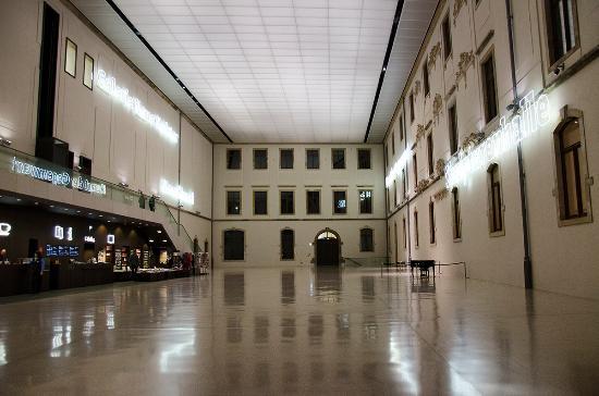 Albertinum: Внутренний холл
