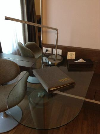 Rama Gardens Hotel Bangkok: โต๊ะนั่งทำงาน
