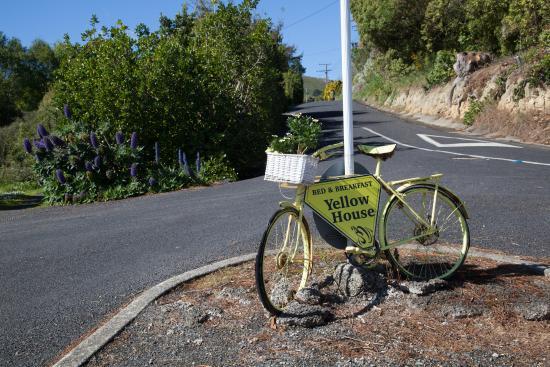 Yellow House Bed & Breakfast: Handig  herkenningspunt langs de weg