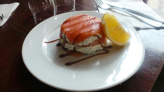 L'inédit cafe : Mille feuilles de saumon et chevre frais  5, 50 euros