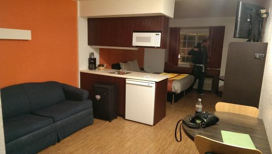 Motel 6 Sandusky-Huron : The sofa / Kitchenette Area
