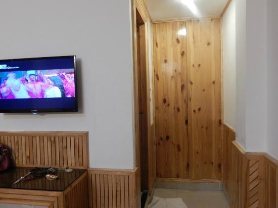 Hotel Himgiri: room inside