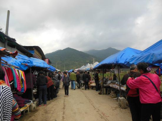 Baimo Cave: Bustling market at Poyue town