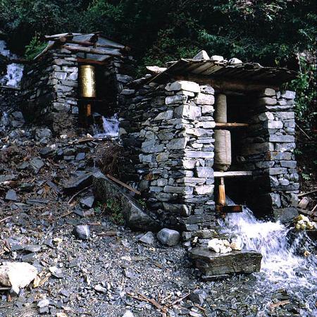 Gongga Temple: Wassermühle für den Antrieb der Gebetstrommeln am Weg zum Kloster
