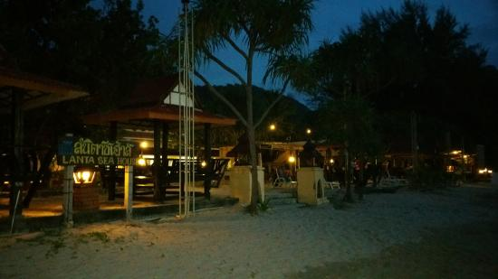 Lanta Sea House Resort : Resort from the beach
