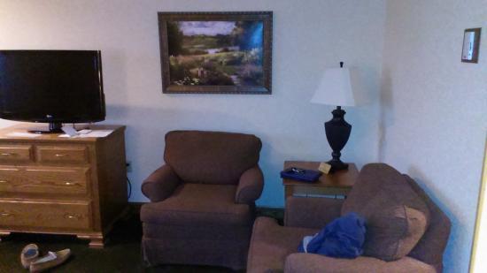 Carlisle Inn: Easy chairs in room