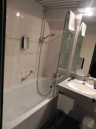 Hotel Königshof The Arthouse : Bathtub and Shower
