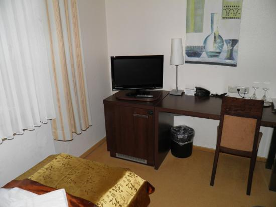 Hotel Herzog : Room 4, TV and writing table