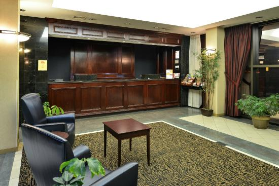 Clarion Hotel Richmond Central: Lobby [Front Desk]
