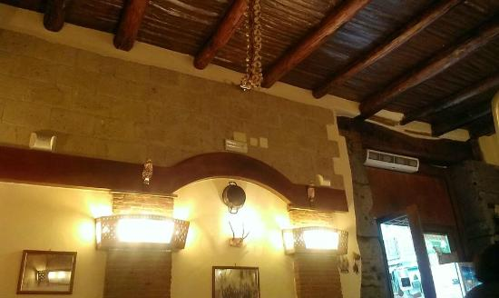 Travi In Legno Per Soffitto : Interno del ristorante soffitto con travi di legno a vista foto