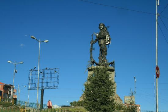 El Alto, Bolivia: La statua vista di fronte