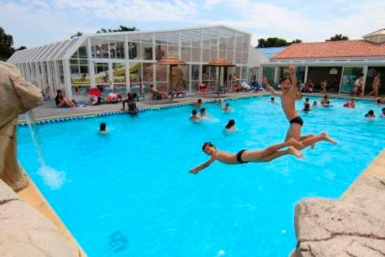 Piscine ext rieur picture of camping les pirons chateau for Piscine chateau d olonne