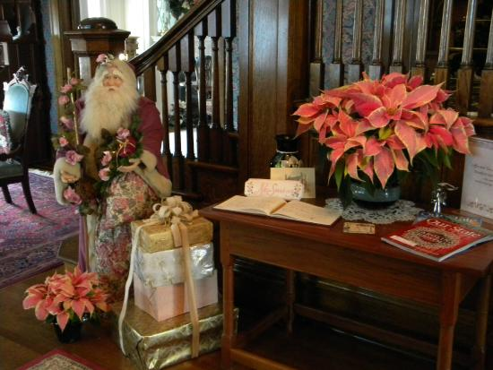Rosehill Inn: Entrance hall beautifully decorated for Christmas