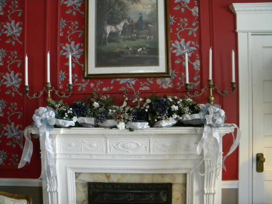 Rosehill Inn: Living room mantle beautifully decorated for Christmas