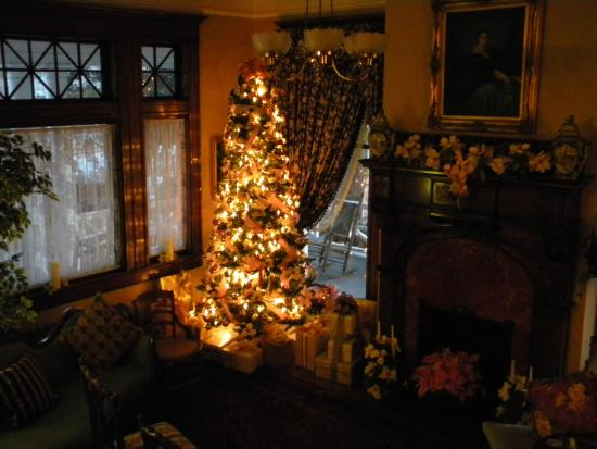 Rosehill Inn: Main parlor beautifully decorated for Christmas