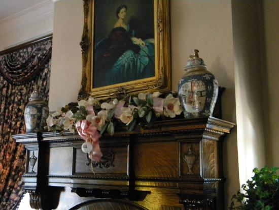 Rosehill Inn: Main parlor mantle beautifully decorated for Christmas