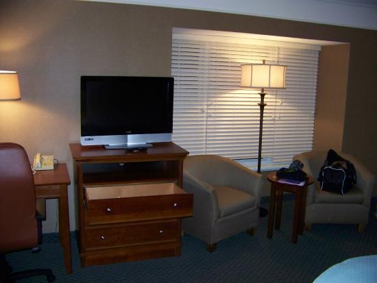 Bass Lake Taverne & Inn: 2 chairs, TV, dresser, lots of windows in this room