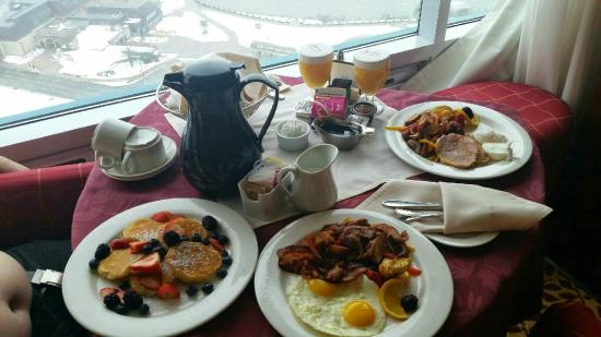 Niagara Falls Marriott Fallsview Hotel & Spa: Our room service breakfast was delicious!