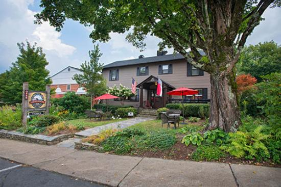 Blowing Rock Ale House and Inn : Enjoy a beer on the porch or lawn!