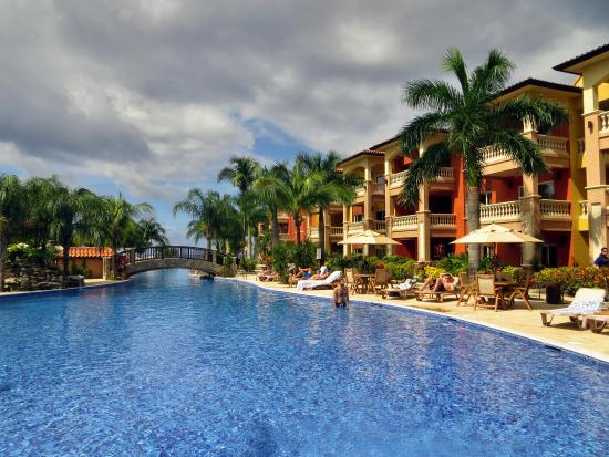 Infinity Bay Spa and Beach Resort: Beautiful hotel gorunds and pool