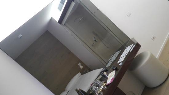 Borgoleoni18 Room & Breakfast: specchio con dietro il tv