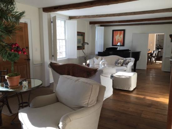 Inn at Kent Falls : Tasteful living room with grand piano and comfy couches