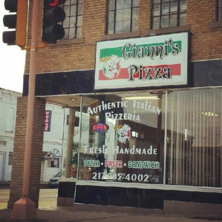 Gianni's Pizza And Italian Ristorante: On the Square
