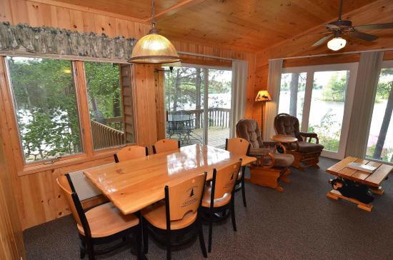 Treeland Resort : Cabin #5 Living/Dining Area