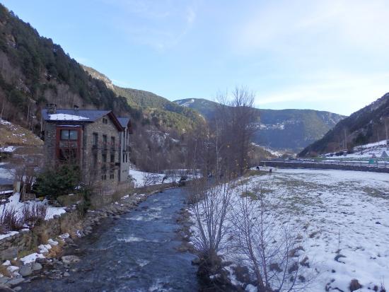 Hotel Sant Miquel: Al otro lado del rio.
