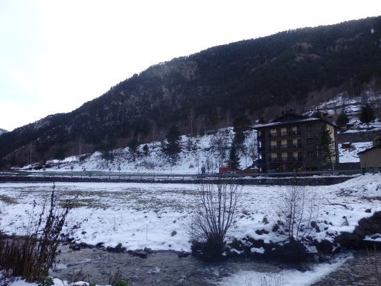 Hotel Sant Miquel: El hotel desde el otro lado de la carretera.