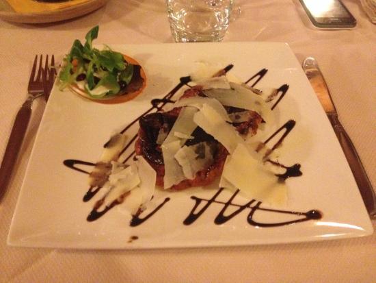 Bar Ristorante La Taverne: Antipasto- Tatin di cipolle rosse con scaglie di grana